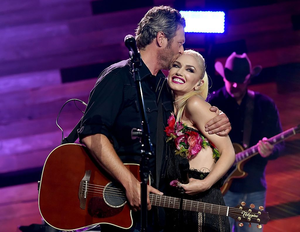 Singers Blake Shelton (L) and Gwen Stefani perform on the Honda Stage at the iHeartRadio Theater